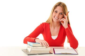 Studentin lernt am Schreibtisch