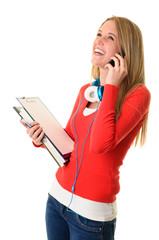 Hübsche Studentin telefoniert mit einem Smartphone