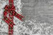 Weihnachten: Rot grün karierte Schleife auf Holz Hintergrund