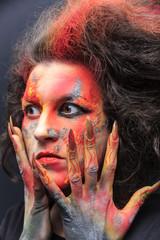 gespannter Blick einer Hexe mit rituellem Ausdruck