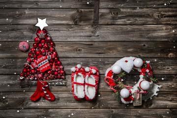 Weihnachtlicher Hintergrund mit Dekoration in Rot und Holz