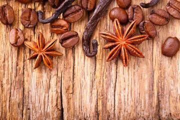 Kaffee, Vanille und Anis auf Holz Hintergrund