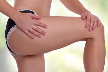 weibliche Beine, eins angewinkelt