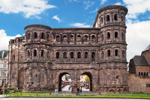 Leinwanddruck Bild Das römische Stadttor Porta Nigra in Trier an der Mosel