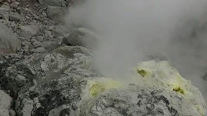 山腹の噴火口と噴煙_1