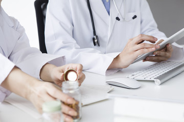 Two women doctors talk about prescription