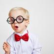 Kind mit Fliege und Hornbrille