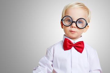 Junge als Nerd mit dicker Hornbrille