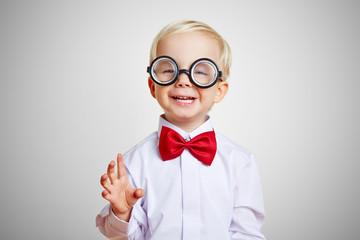 Lachender kluger Junge mit Brille