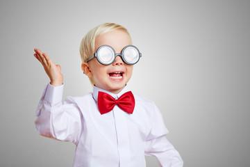 Jubelndes Kind mit Brille lacht