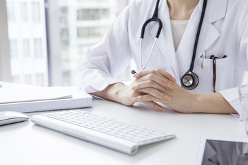Woman doctor that explains