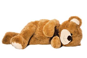 Schlafender Teddybär isoliert auf Weiß