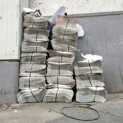 Stapel mit vielen Zeitungen