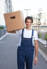 Möbelpacker mit Kiste im Einsatz