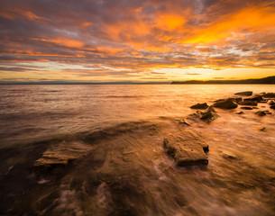 Ognisty wschód słońca nad adriatykiem