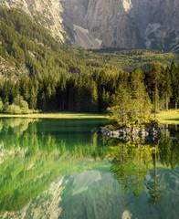 fototapeta skalista wyspa na alpejskim jeziorze