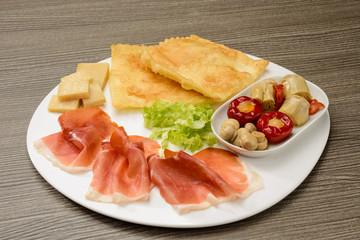 Antipasto con prosciutto e gnocco fritto