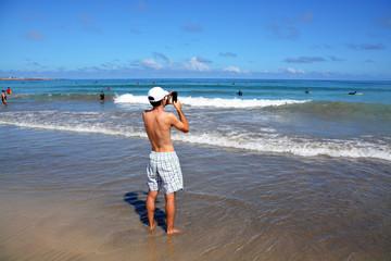 hombre fotografiando con su smartphone