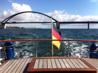 Schiff und Fehmarnsundbrücke