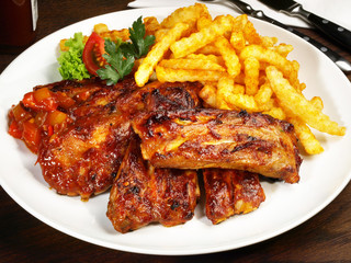 Spare Ribs mit Barbecue Sauce und Pommes Frites