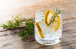 Gin with lemon and ice - 70722355
