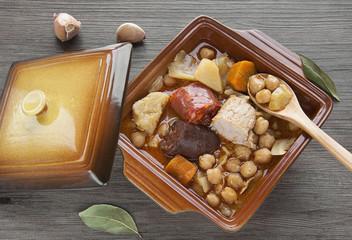 Garbanzos con coles, morcilla, chorizo y carne,