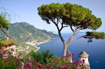 widok z villi rufolo w ravello na wybrzeże amalfi, włochy