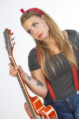 Giovane chitarrista tatuata