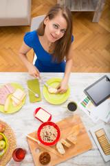 Junge Frau bereitet ein europäisches Frühstück zu
