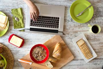Frühstück am Laptop