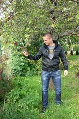 Chłopak zrywający jabłko