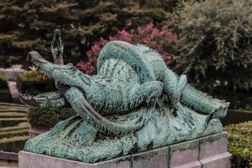 standbeeld krokodil met slang Kruidtuin Brussel