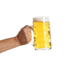 Hand hält volles Bierglas
