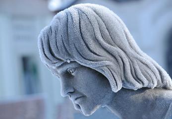 statua cimitero con ghiaccio