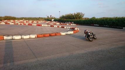 Motocicleta tumbando en curva