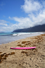 tabla de surf en la playa de famara en la isla de lanzarote