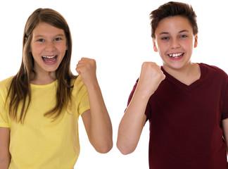 Kinder oder Teenager ballen die Faust mit Erfolg beim Siegen ode