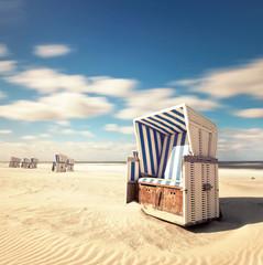 einsamer Strandkorb am Meer