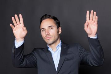 Gutaussehender Geschäftsmann drückt auf einen virtuellen Schirm