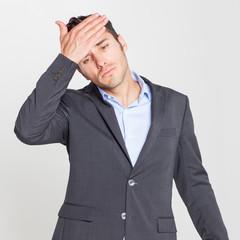 Mann leidet unter Kopfschmerzen