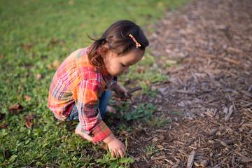 芝生でしゃがむ少女
