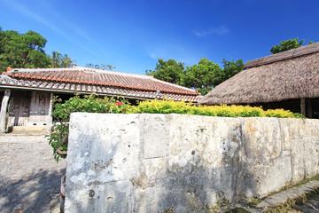 沖縄独特の塀のある民家