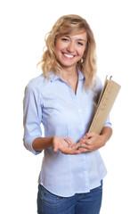 Lachende Sekretärin mit blonden Locken und Akte