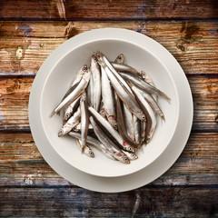 piatto di alici su legno