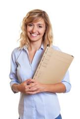 Freundliche Sekretärin mit blonden Locken und Akte