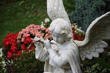 Engel auf dem Friedhof spielt Flöte