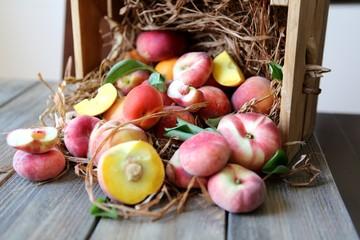Персики на соломе