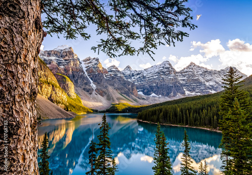 Keuken foto achterwand Canada Landscape view of Morain lake and mountain range, Alberta, Canad