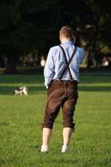Mann in Lederhose und Haferlschuhen