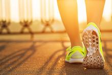 Runner Frau Füße auf der Straße Nahaufnahme auf Schuh läuft.
